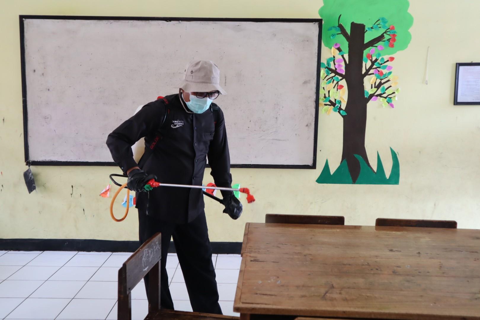 SD dan SMP Serentak Lakukan Penyemprotan Disinfektan, Upaya Pencegahan Covid-19 di Purwakarta